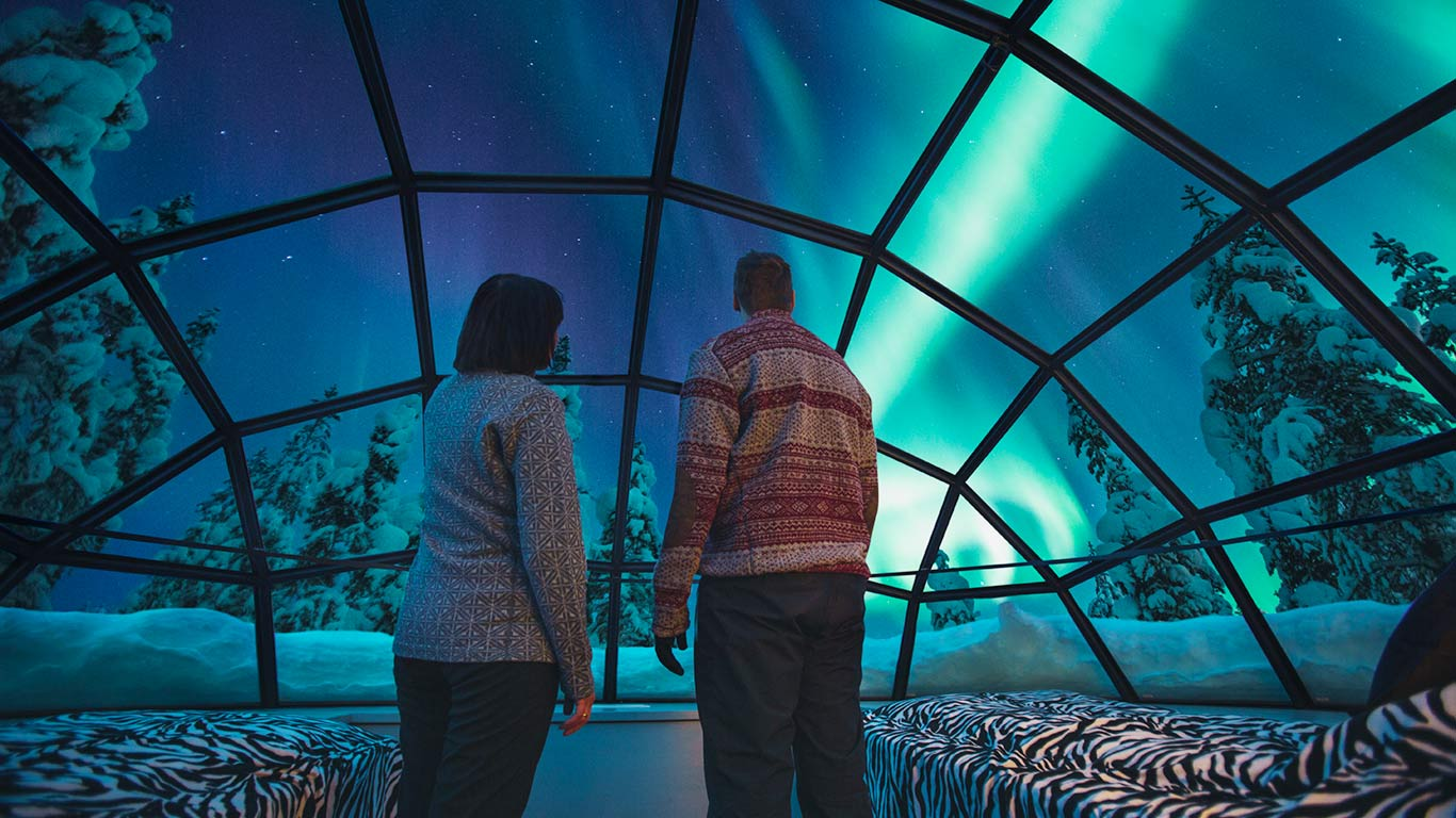 kakslauttanen_glass_igloo_inside_northern_lights_1366x768