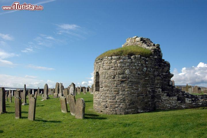 Chiesa_rotonda_e_cimitero_a_Orphir_isole_Orcadi_Scozia